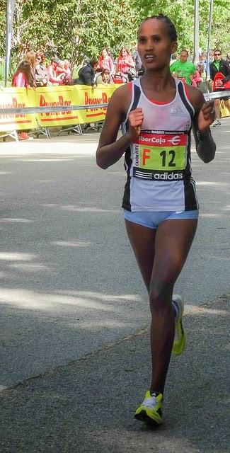 Foto: una mujer corriendo maratón