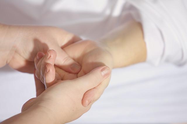 Mano de mujer sosteniendo mano de niño