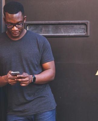 Hombre mirando el móvil