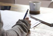 escribiendo con un café
